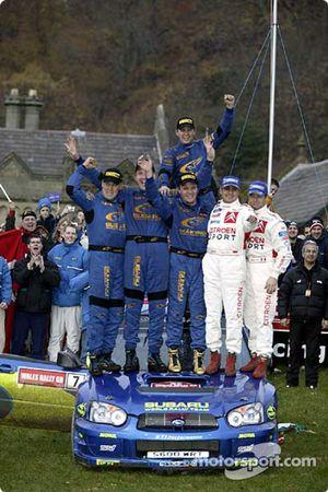 Petter Solberg et son co-pilote Phil Mills, vainqueurs, avec Sébastien Loeb, Daniel Elena, Tommi Mäkinen et Kaj Lindström