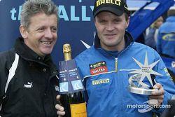 Tommi Mäkinen accepte la récompense Immarsat Start of the Rally