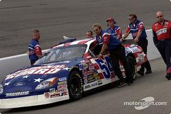 Les mécaniciens de Todd Bodine poussent la voiture