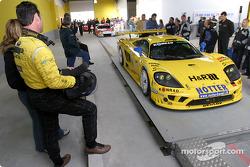 Toni Seiler regarde la #66 Konrad Motorsport
