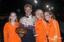 Rick Ziehl reçoit ses trophées pour la deuxième place du Trophy Dash et pour la pole position