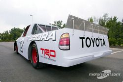La Toyota Tundra de 2004, telle que présentée à la NASCAR au NASCAR Research & Development Center à Concord, NC.