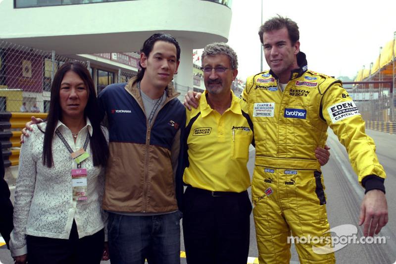 Ralph Firman y Eddie Jordan con miembros de la familia de Teddy Yip