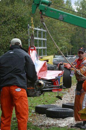 Les commissaires de piste nettoient le carnage