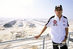 Jenson Button jette un œil aux travaux du nouveau circuit de Bahreïn, qui doit tenir son premier Grand Prix en avril 2004