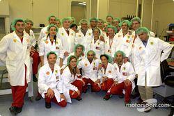 Michael Schumacher et des membres de l'équipe Ferrari