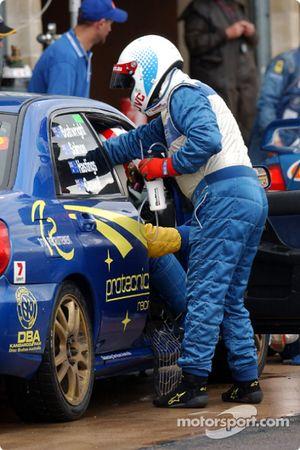 Arrêt au stand pour la #60 Scott Anderson Subaru WRX STi MY02 de Rod Salmon, Wayne Boatwright, Neil Caswell et Glen Hastings
