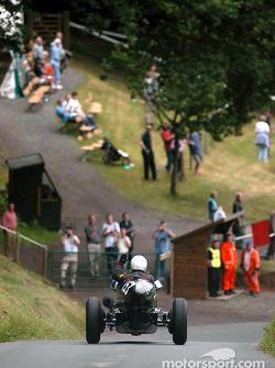 Mac Hulbert descend la célèbre colline Shelsley Walsh après avoir battu le record d'avant-guerre en 34,05 secondes