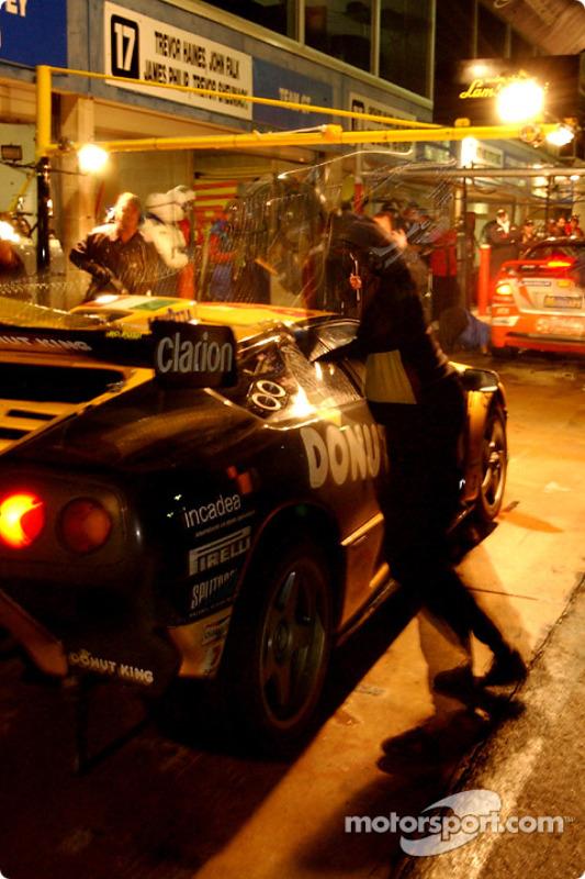 Arrêt au stand pour la #20 Mark Coffey Racing Lamborghini Diablo GTR Coupe de Paul Stokell, Allan Simonsen, Luke Youlden et Peter Hackett
