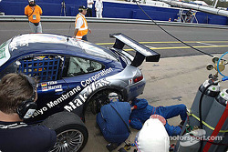 La #24 Cirtek Motorsport Porsche 911 GT3 RS de Tim Harvey, Jonathon Rowland, Hermann Tilke et Melinda Price dans les stands