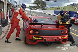 Arrêt au stand pour la #48 PHR Scuderia Pty Ltd Ferrari 360 Gtde David Brabham, Klaus Engelhorn, Andrea Montermini et Philipp Peter
