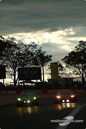 #8 Peter Floyd Porsche 911 GT3 RS: Peter Floyd, Ian Donaldson, Liz Halliday, Andrew Donaldson, et #48 PHR Scuderia Pty Ltd Ferrari 360 GT: David Brabham, Klaus Engelhorn, Andrea Montermini, Philipp Peter