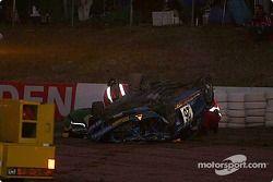 La #26 Wayne Russell BMW M Coupe de Mark Westbrook, Wayne Moore et Ian Mitchell a un accident