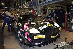 Arrêt au stand pour la #11 Motorsport Innovations Ferrari 360 Modena Challenge de Richard Wilson, Theo Koundouris, Paul Jenkins et Ian Palmer