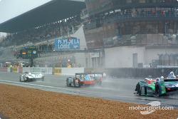 Départ : la #5 Audi Sport Japan Team Goh Audi R8 de Tom Kristensen et Seiji Ara prend la tête