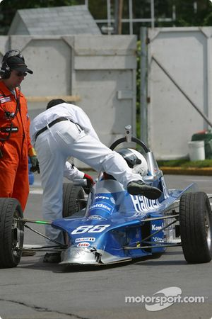 Dan Burchill essaie d'allumer son moteur