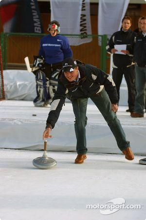 Ralf Schumacher s'essaie au curling