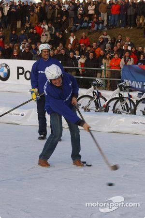 Ralf Schumacher joue au hockey-sur-glace