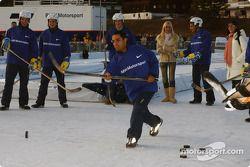 Juan Pablo Montoya joue au hockey-sur-glace