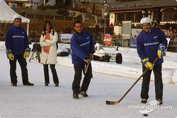 Le Dr Mario Theissen joue au hockey-sur-glace