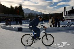 Marc Gene fait du vélo sur la glace