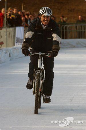 Le Dr Mario Theissen fait du vélo sur la glace