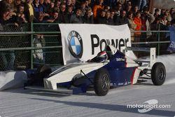 Jörg Müller pilote une Formula BMW sur la glace