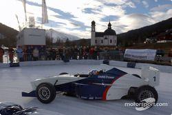 Juan Pablo Montoya pilote une Formula BMW sur la glace