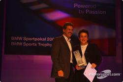BMW Motorsport party: Dr Mario Theissen ve prize Kazanan Claudia Hurtgen
