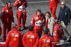 Luca di Montezemolo avec les mécaniciens