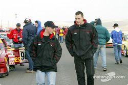 Richard Steranka de Rennwerks et Johannes van Overbeek de Flying Lizard Motorsports traversent la grille de départ