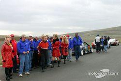 Les équipes prennent des photos avec les Motovation Motorsport girls
