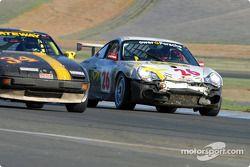 La n°34 du Gateway Racing pilotée par Mark Kemp, Mike Hardage, Dale Gates, Ron Forristall et John Zouzelka se fait doubler par la n°26 du Glenn Yee Motorsports pilotée par Geoff Escalette et Craig Stanton