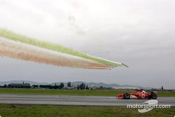 Michael Schumacher con su Ferrari F2003-GA contra el Eurofighter Typhoon