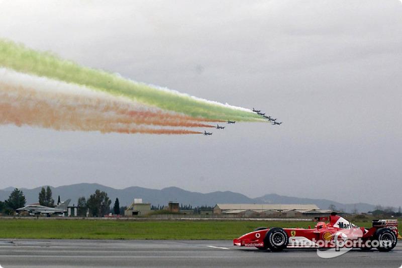 Міхаель Шумахер на Ferrari F2003-GA проти Eurofighter Typhoon