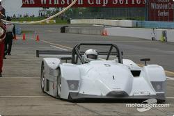 Arrêt aux stands pour la Lola n°5 de l'équipe Essex Racing Nissan, pilotée par Joe Pruskowski, Justi