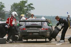 Arrêt aux stands pour la Porsche GT3 RS n°14 de l'équipe Autometrics Motorsports, pilotée par Cory Friedman, Thomas Soriano et Bransen Patch