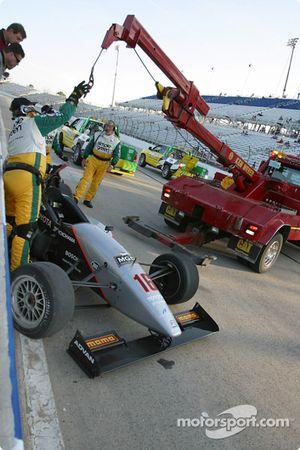 La voiture accidentée de Stephan C. Roy contre le mur des stands