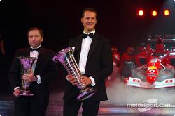 El campeón mundial de Fórmula Uno Michael Schumacher y Jean Todt con el Ferrari F2003 GA