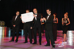 Carlos Sainz, Sébastien Loeb, Marc Martin y Daniel Elena con un cartel en memoria de Richard Burns