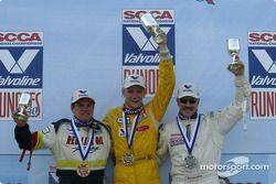 Sur le podium : Le vainqueur Rennie Clayton avec Daniel Selznick et Ben Beasley