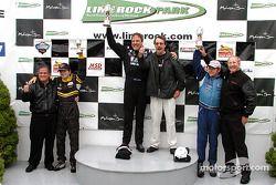 Sur le podium : Le vainqueur, Johnny Miller, avec Bobby Sak et Jorge Diaz Jr.