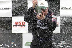 Sur le podium : Champagne pour Johnny Miller