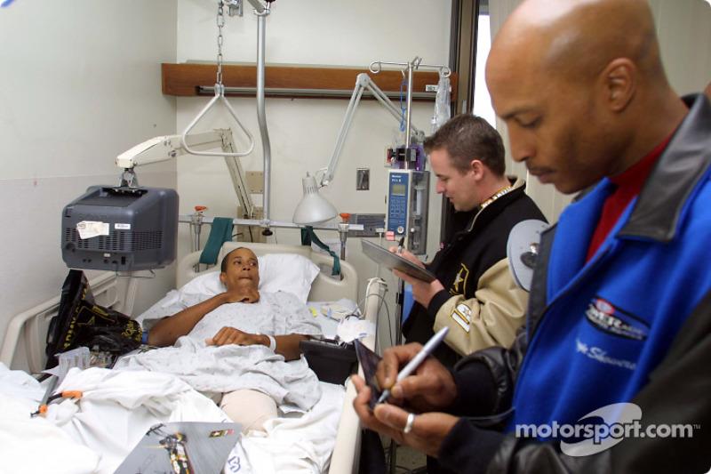Jerry Nadeau avec le pilote de NHRA Reggie Showers, pendant une visite au Walter Reed Army Medical C
