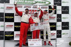 Sur le podium : Le vainqueur de la course, Bill Auberlen avec Boris Said et Randy Pobst