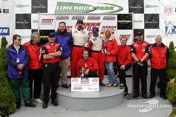 Sur le podium : Le vainqueur de la course, Bill Auberlen avec Boris Said