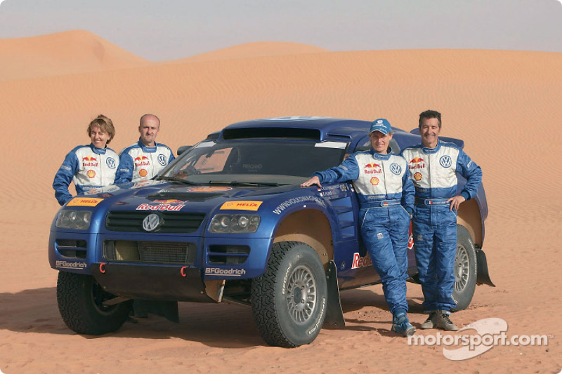 Volkswagen Motorsport team for the Dakar 2004: Jutta Kleinschmidt and Fabrizia Pons, Bruno Saby and