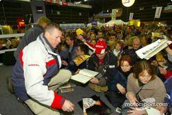 Séance d'autographes pour Ari Vatanen et Juha Repo