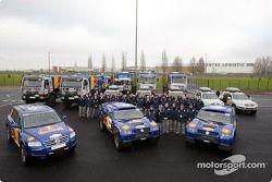 L'équipe Volkswagen Motorsport : Jutta Kleinschmidt, Fabrizia Pons, Bruno Saby et Matthew Stevenson avec l'équipe