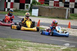 Memo Gidley et Scott-Michael Waracka avec le pilote de karting Mason Dudoit